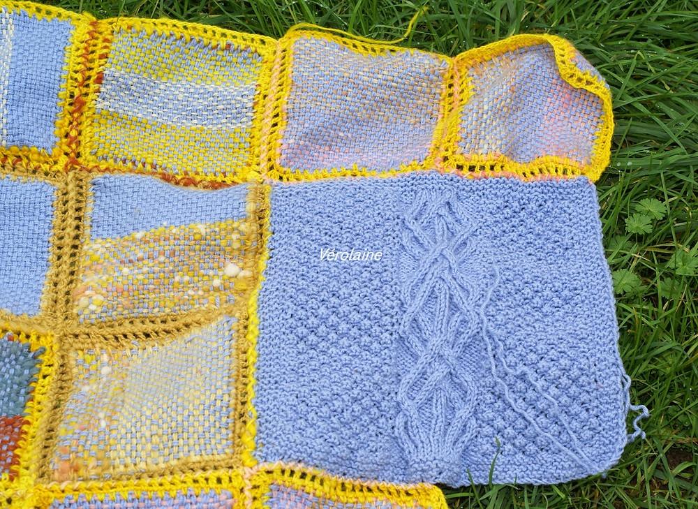 carrés tissés avec carré tricoté