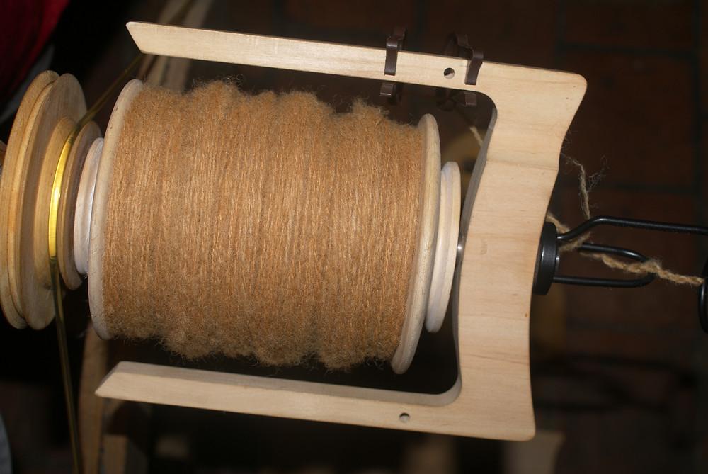 Bobine de laine deux brins teinte aux pelures d'oignons