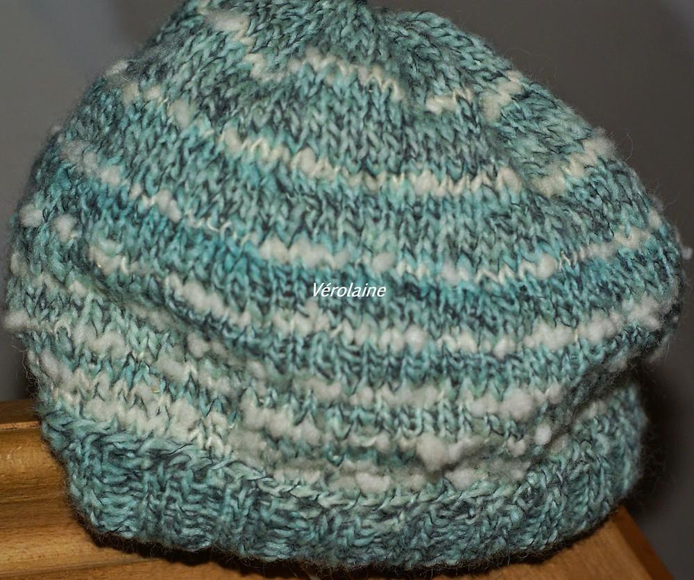 Bonnet tricoté avec laine teinte bleu alimentaire