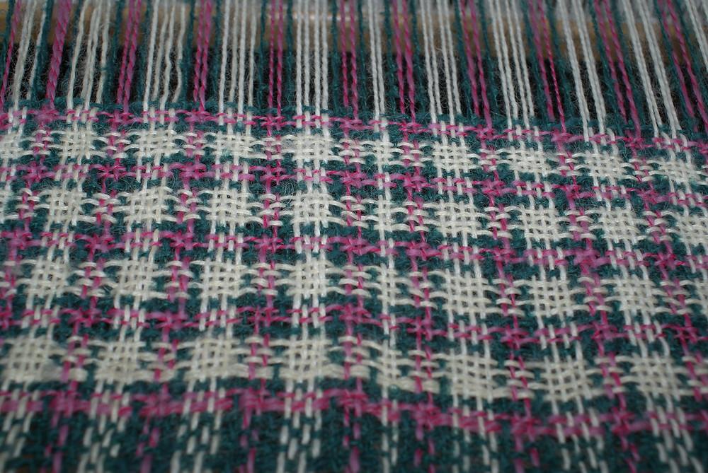 détail tissage trois couleurs métier peigne envergeur