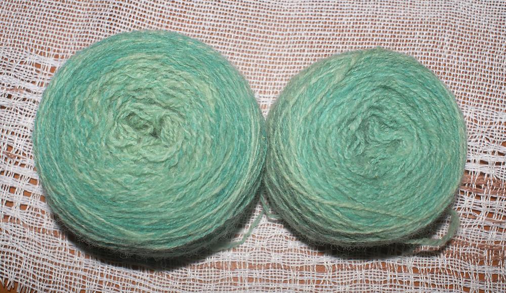 cakes de laine de pays teint en vert alimentaire
