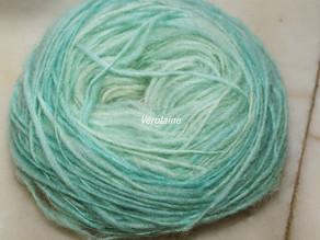 Teinture bleue alimentaire sur laine de pays
