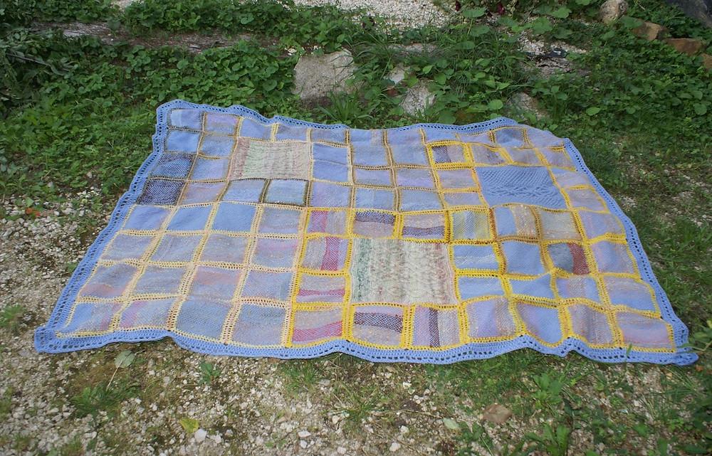 couverture en carrés tissés