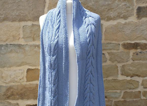 Echarpe bleue en laine motif torsade