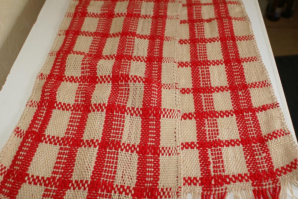 détail écharpe coton beige et rouge