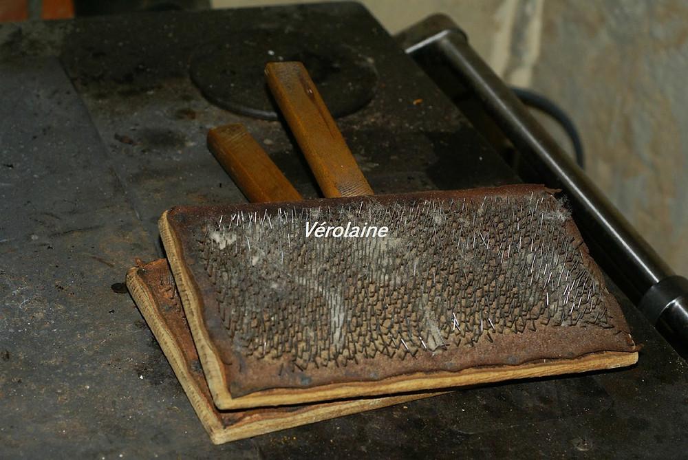 vieilles cardes a main sur fourneau en fonte