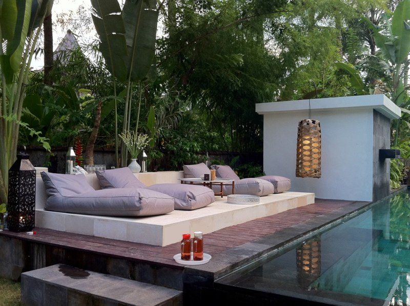 Sunbathing area in the pool