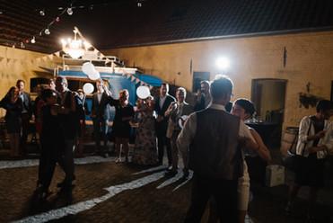 Binnekoer tijdens een trouwfeest