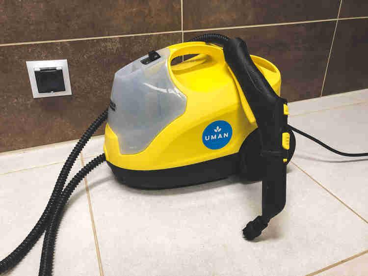 Parní čistič karher SC4. Čištění párou. Čištění spár v koupelně pomoci parného čističe Karcher SC4. Uman úklidová firma brno