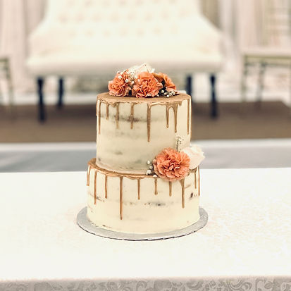 naked wedd cake with rose gold drips and fresh floralsng