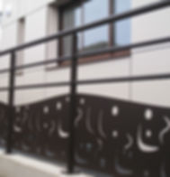 construction bois et panneaux stratifié,garde corps en tôle perforée au laser loup dario architecte