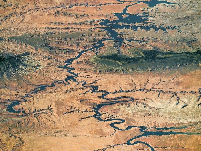 Casi todo el lago Powell, un embalse en el río Colorado, en el área de recreación nacional Glen Canyon y el monumento nacional Grand Staircase-Escalante, 6 de septiembre de 2016