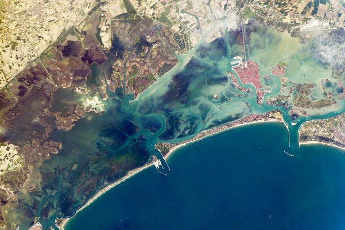 Una isla de barrera estrecha protege la laguna de Venecia de las olas de tormenta en el norte del mar Adriático, 9 de mayo de 2014.