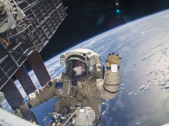 El cosmonauta ruso Sergey Ryazanskiy toma un descanso durante una caminata espacial de seis horas para ayudar con el montaje y mantenimiento en la Estación Espacial Internacional, 22 de agosto de 2013