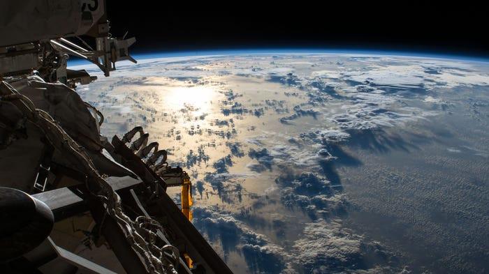 El destello del sol se refleja en el Océano Pacífico a la sombra de una línea de nubes cumulonimbos, 20 de julio de 2018