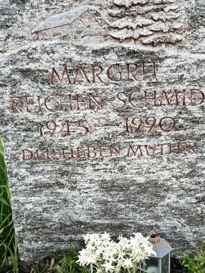 The headstone for Margrit Reichen-Schmid, has the dates 1945 -1990, and the phrase Der Lieben Mutter.