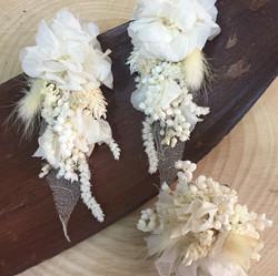 krem çiçek küpe