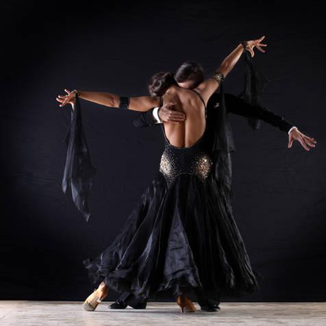 Los bailarines latinos en salón de baile