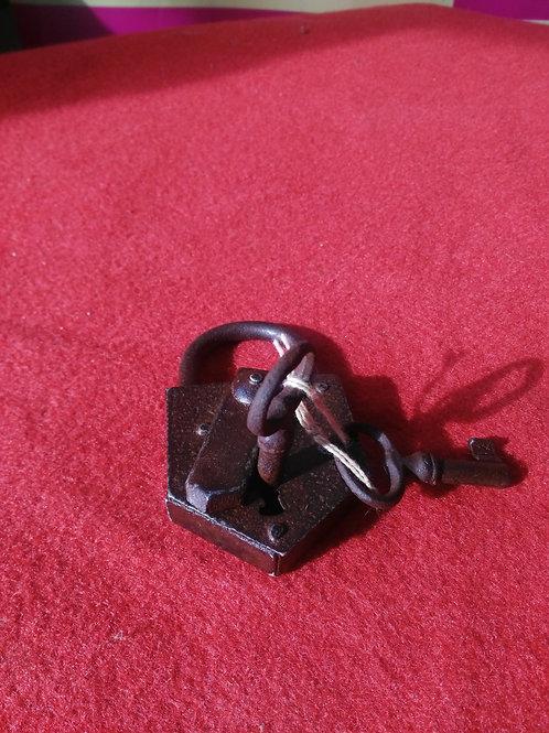 041119 candado antiguo con llave
