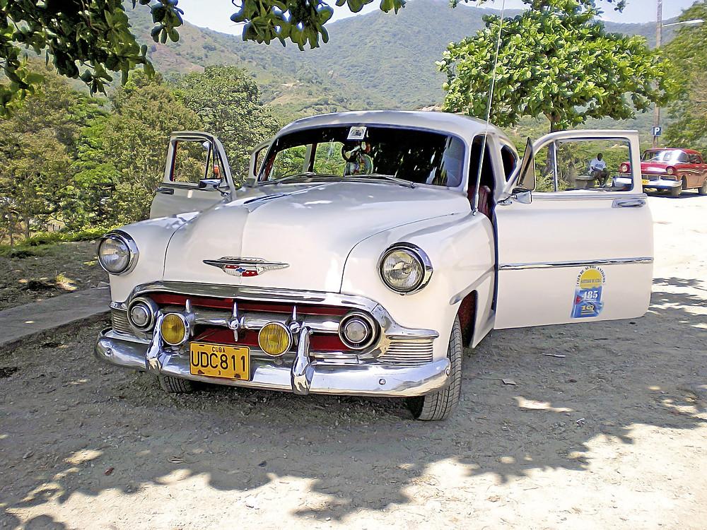 valkoinen klassikkoauto