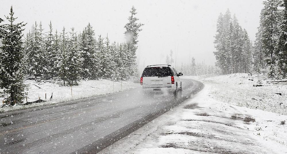 auto talvella märällä tiellä lumisateessa