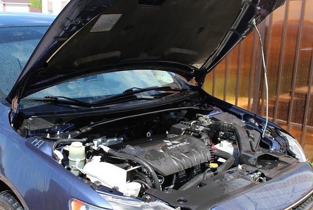 likainen auton moottori