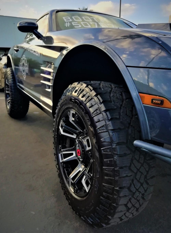 musta uusi auto