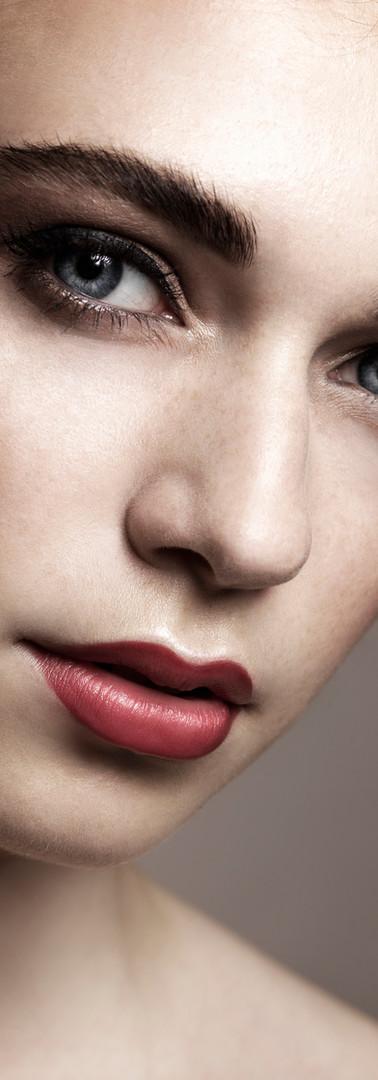 Kvinde med rød læbestift