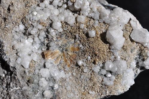 7997-ББ Стильбит, гематит, кальцит