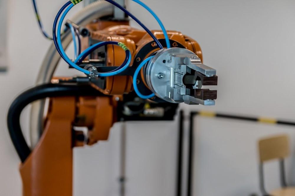 máquina robótica representando um software embarcado