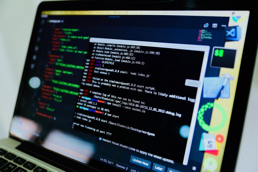 uma tela de computador para explicar o que faz um profissional de ti