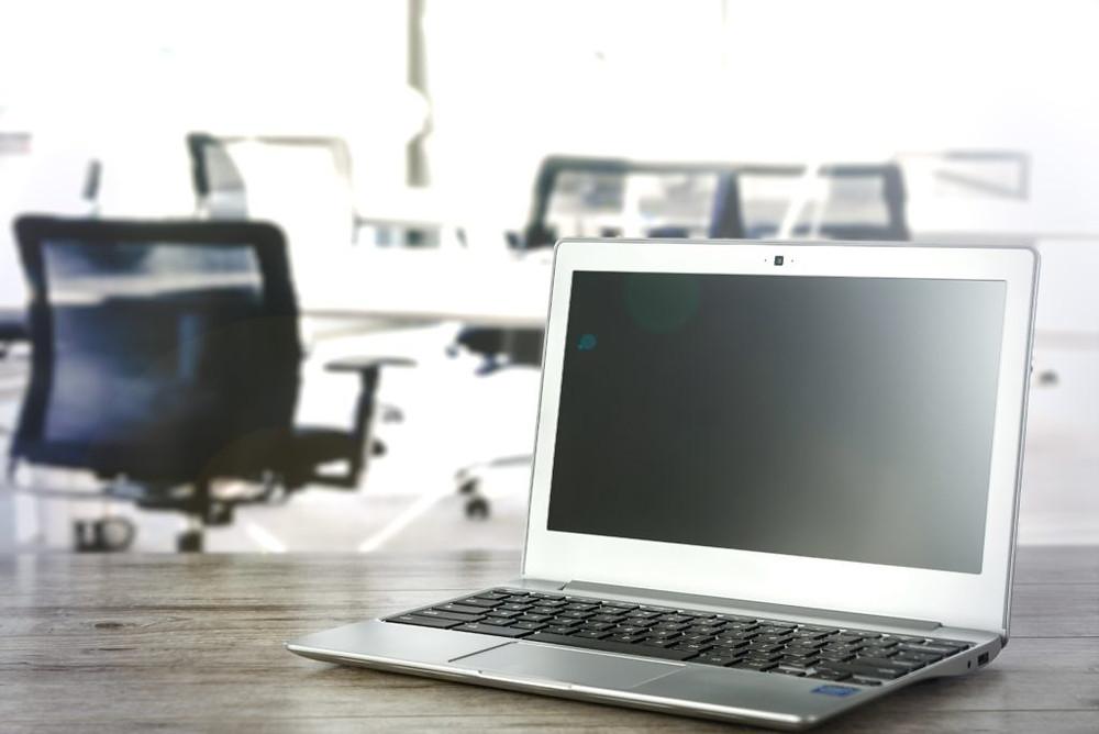 computador em um escritório que utiliza o organograma funcional.