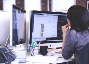 mulher olhando para tela do computador