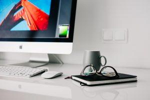 mesa de computador com notebook e peças relacionadas