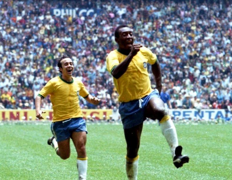 Pelé, seguido de Tostão na Copa de 70