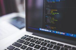 tela de notebook mostrando códigos