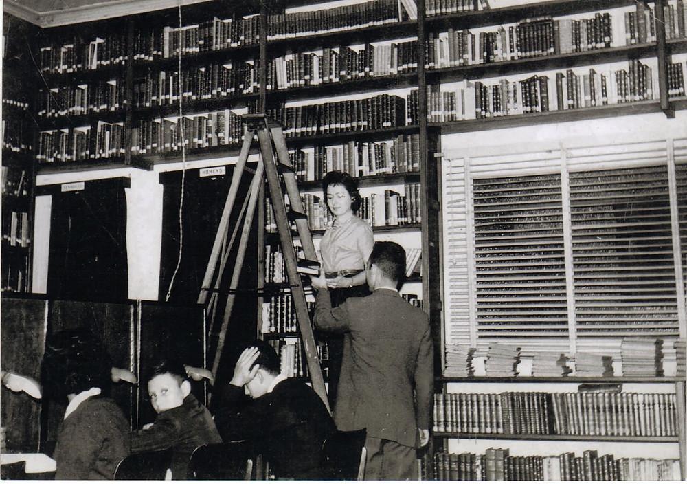 Biblioteca central em 1959. Na escada, Áurea Mansur. Foto: PMG