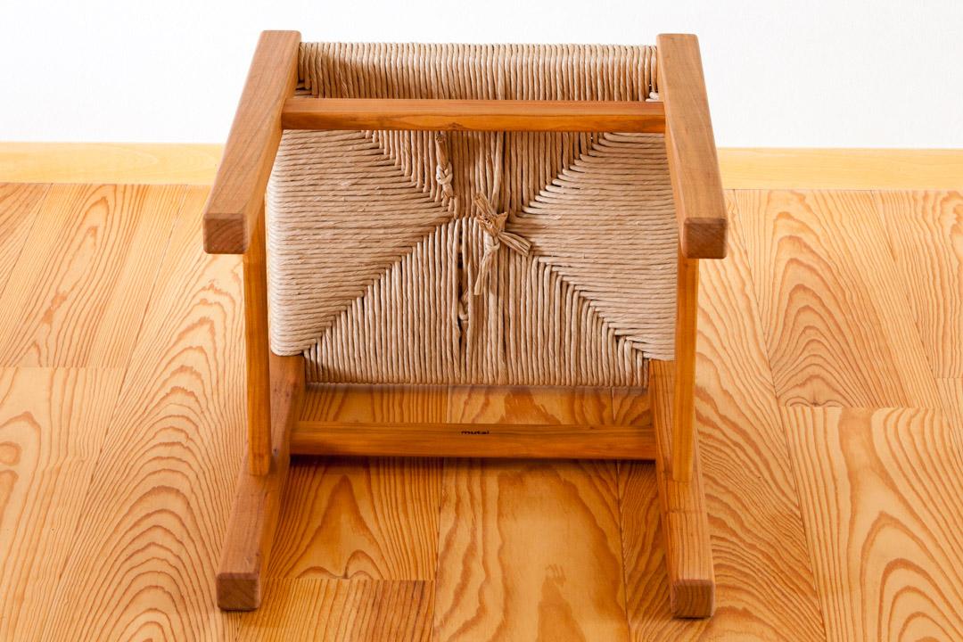 座編みのスツール