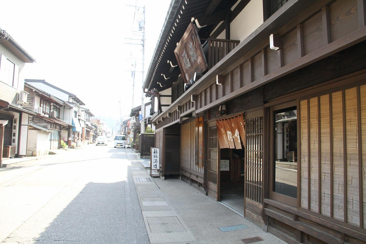 八尾の町並みと 福鶴酒造