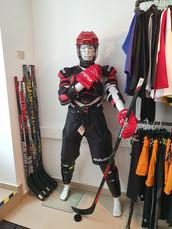 Eishockey Schutzausrüstung von Kopf bis Fuß lagernd.