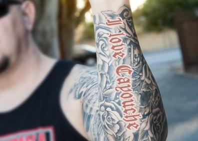 Un motard se fait tatouer « I love Cayouche » sur le bras