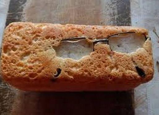 Elle retrouve ses lunettes dans son pain maison