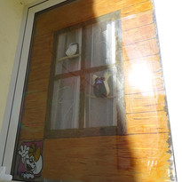 Peinture faite à la main sur vitre.