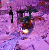 Centre de table avec les bougies allumées