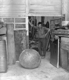 Michel en su taller de Barracas, en la calle Herrera.