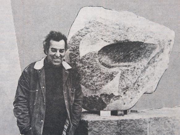 "Jorge Michel junto a una de sus obras. Muestra colectiva ""Rocha 1140"". 1984."