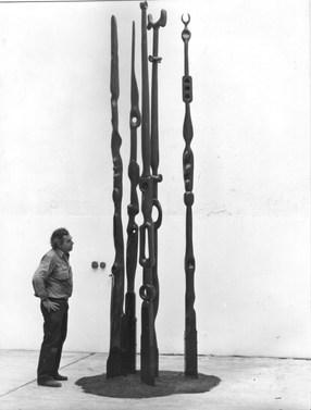 Jorge Michel contempla una obra en Rocha 1140, en el barrio de Barracas.