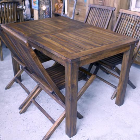 チークのテーブルと折りたたみ椅子