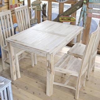 ホワイトウォッシュのチークテーブルとイス