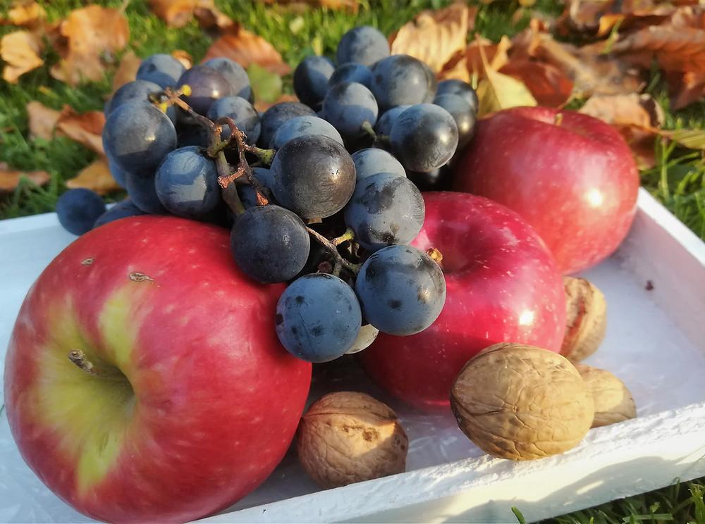 Gesichtsmasken aus Äpfeln und Trauben